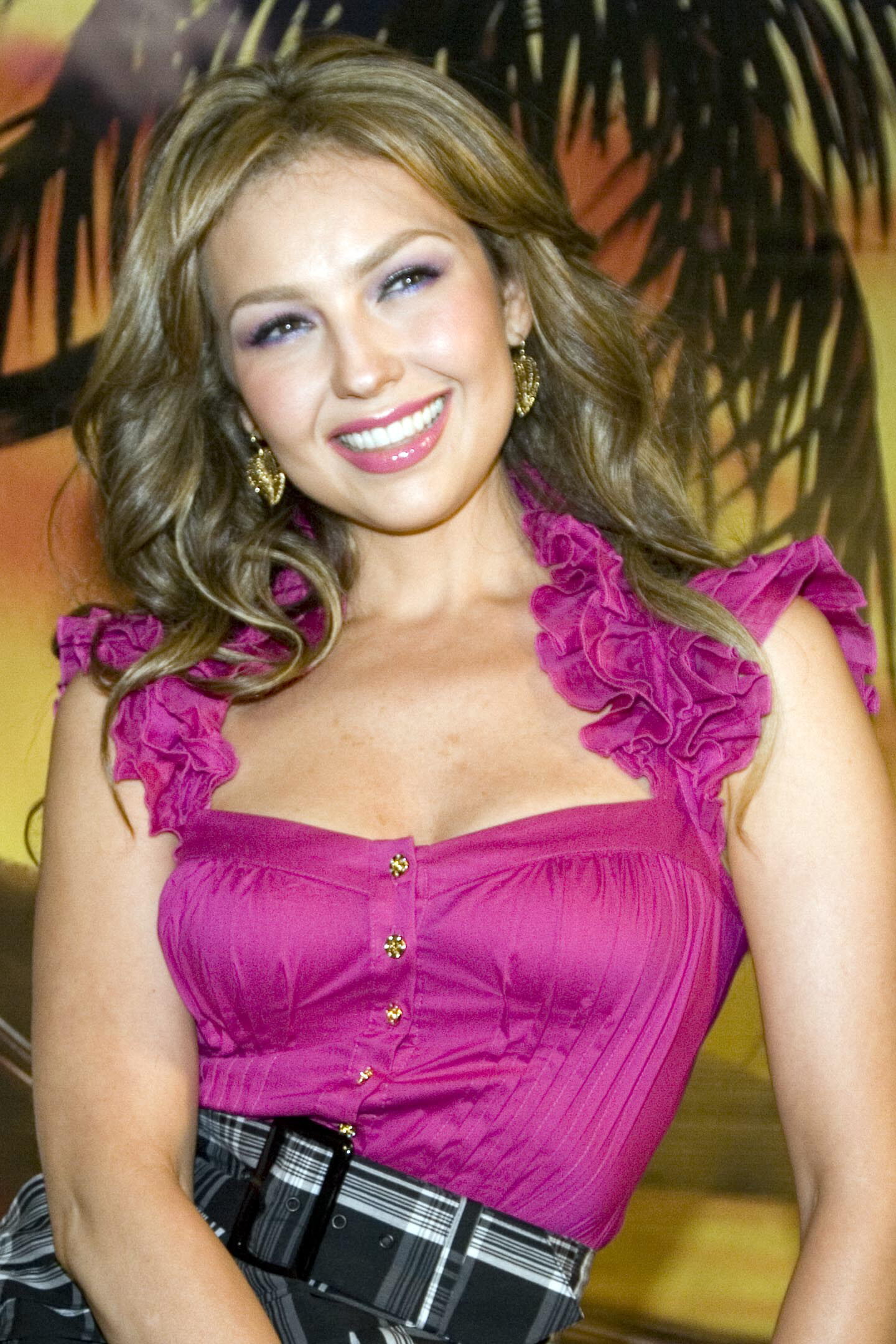 http://images2.fanpop.com/images/photos/6700000/Thalia-thalia-6708947-1440-2160.jpg