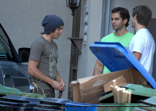 06.22.09 Zac Efron Outside his ホーム in Hollywood Hills