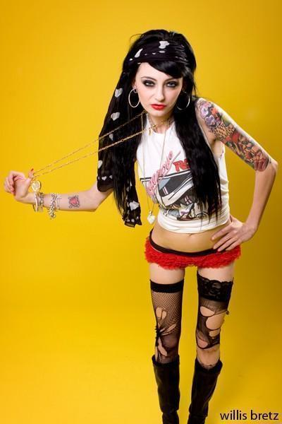 http://images2.fanpop.com/images/photos/6800000/-Zui-Suicide-emo-girls-6831535-400-600.jpg