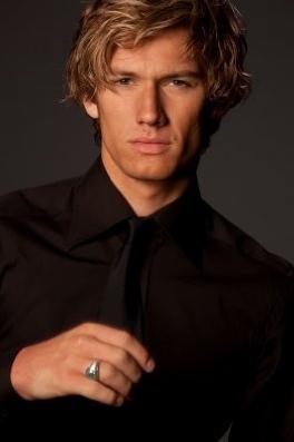Alex Pettyfer ( Kyle Kingbury )