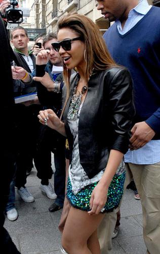 Beyoncé shopping in Paris