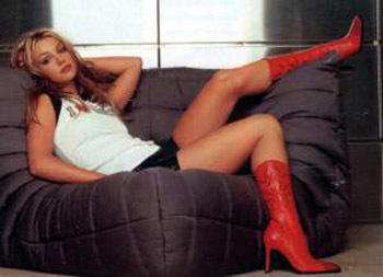 britney spears fondo de pantalla possibly with bare legs, a couch, and a living room titled Britney 2000