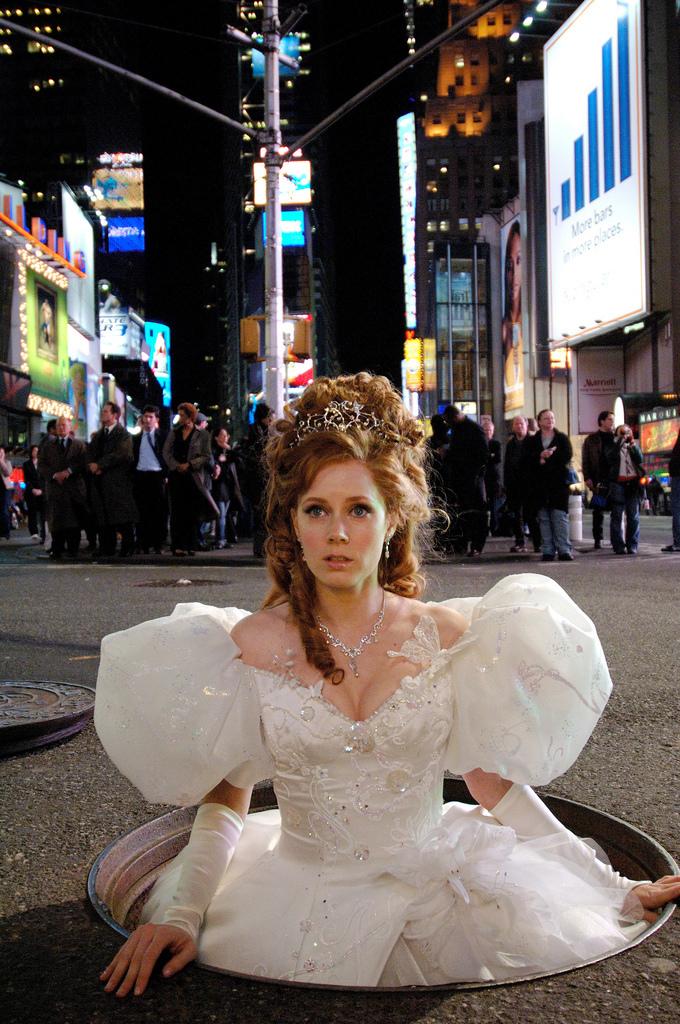 Giselle (Amy Adams) - ...