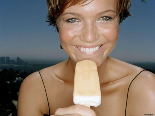 mandy moore fondo de pantalla with an ice lolly entitled Mandy