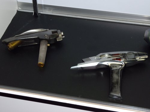 Original movie props from the new 별, 스타 Trek movie - weapons and communicators