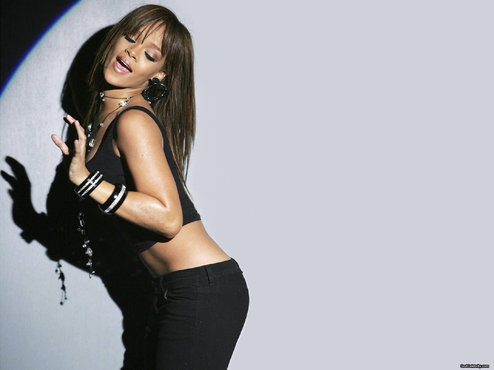 http://images2.fanpop.com/images/photos/6800000/Rihanna-rihanna-6848074-1600-1200.jpg