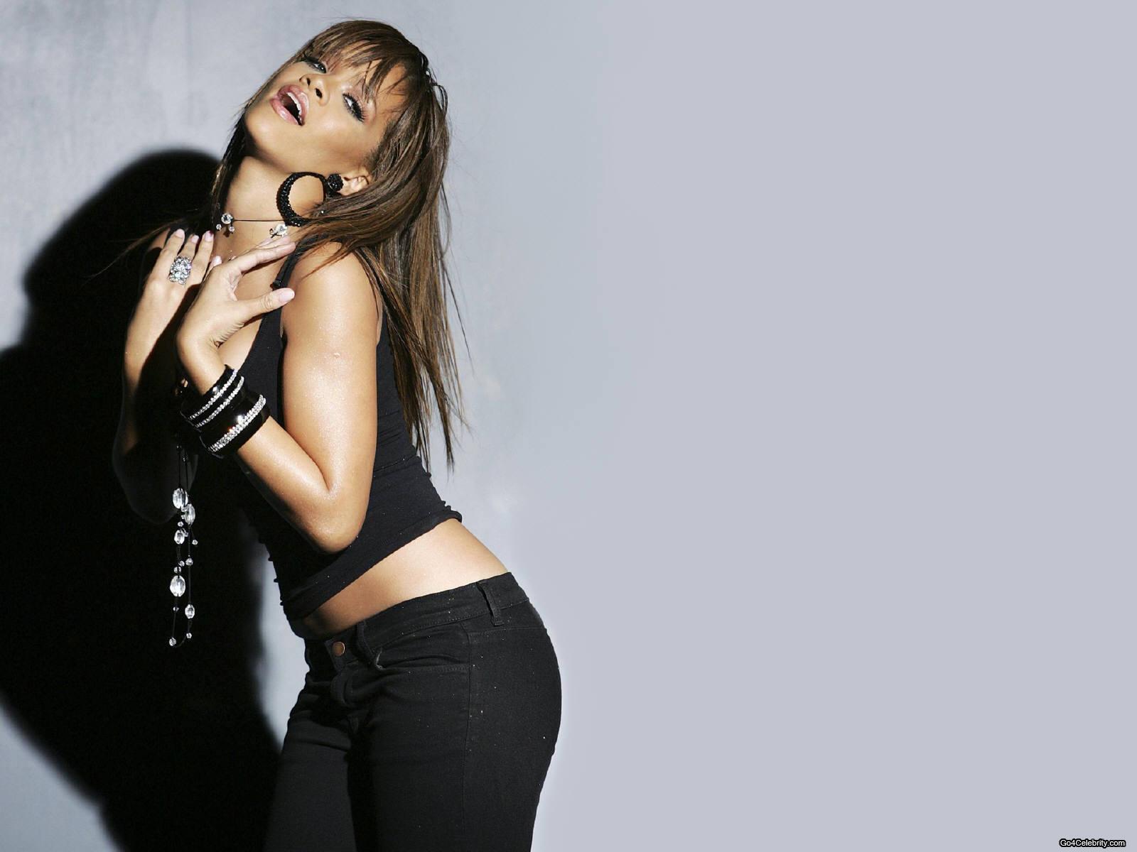 http://images2.fanpop.com/images/photos/6800000/Rihanna-rihanna-6848077-1600-1200.jpg