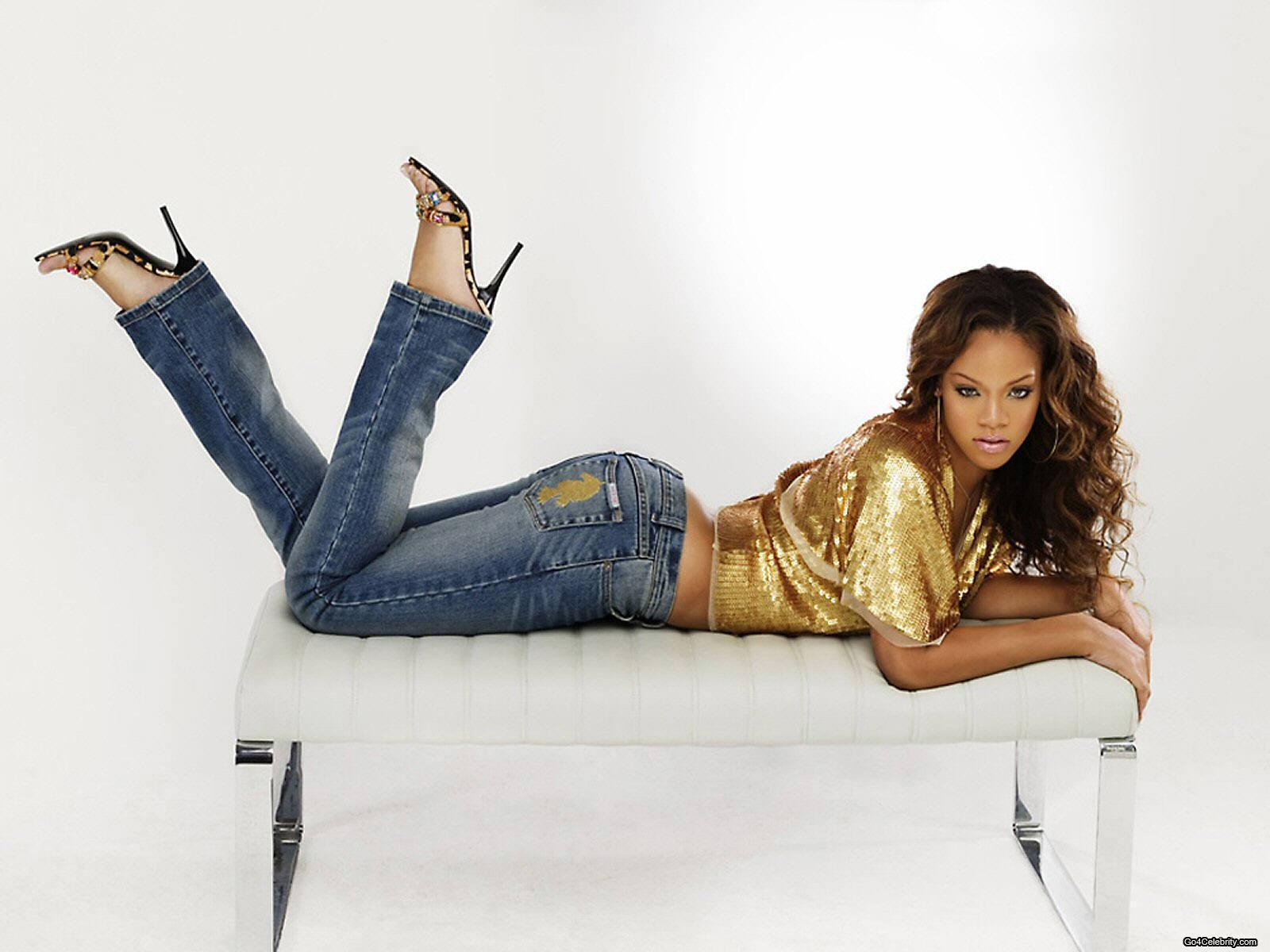 http://images2.fanpop.com/images/photos/6800000/Rihanna-rihanna-6848170-1600-1200.jpg