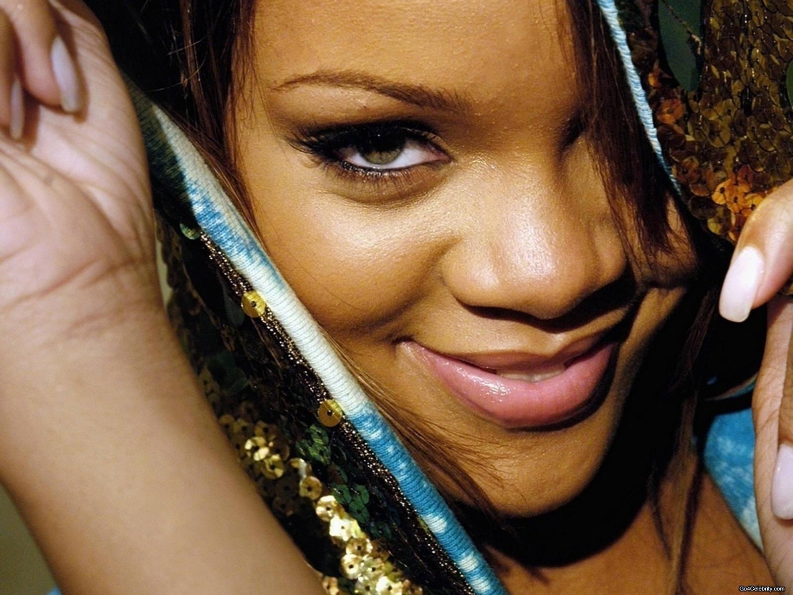 http://images2.fanpop.com/images/photos/6800000/Rihanna-rihanna-6848182-1600-1200.jpg