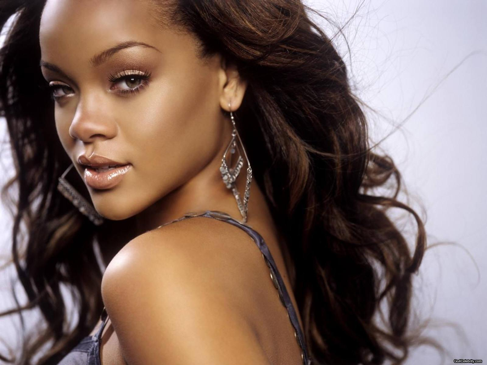 http://images2.fanpop.com/images/photos/6800000/Rihanna-rihanna-6848270-1600-1200.jpg