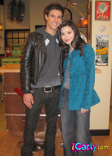 http://images2.fanpop.com/images/photos/6800000/i-date-a-bad-boy-icarly-6806064-375-519.jpg