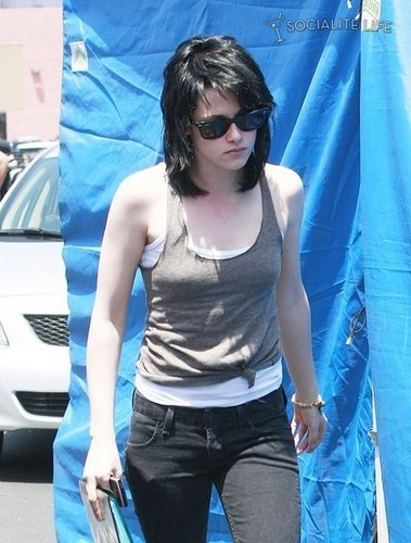 kristen stewart on set of the runaways