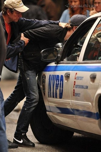 robert pattinson on set of remember me getting arrested