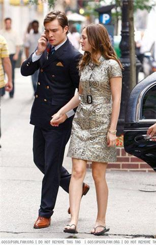 Chuck and Blair HOLDING HANDS!!
