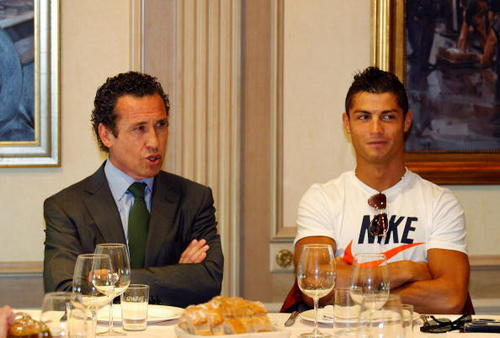 क्रिस्टियानो रोनाल्डो वॉलपेपर containing a business suit, a रात का खाना table, and a suit called Cristiano Ronaldo