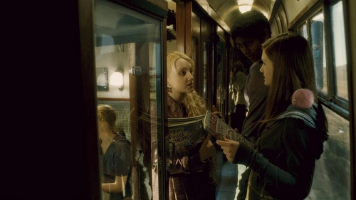Evanna Lynch fondo de pantalla probably with a revolving door and a calle called HBP