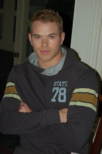 HOT KELLAN LUTZ (NEW PICS) =)