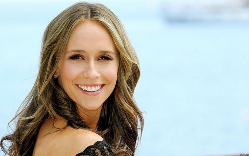 Jennifer Smiling over the Shoulder [1680x1050]