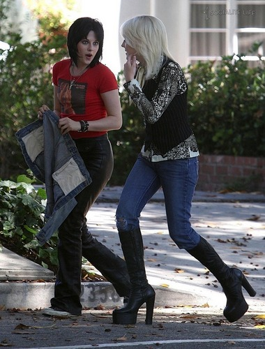 Kristen and Dakota on The Runaways set