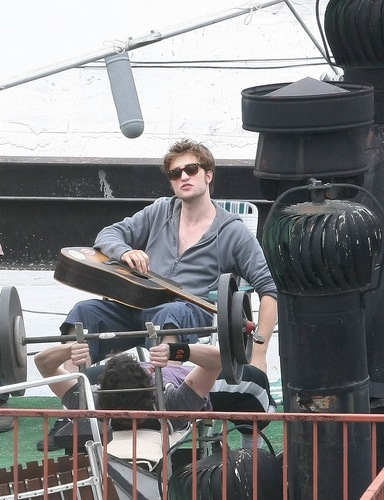 Robert Pattinson Plays گٹار in NYC for Remember Me