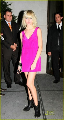 Taylor Momesen:happy birthday Allegra Versace!
