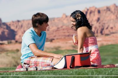 Zac Efron & Vanessa Hudgens wallpaper entitled hsm 2