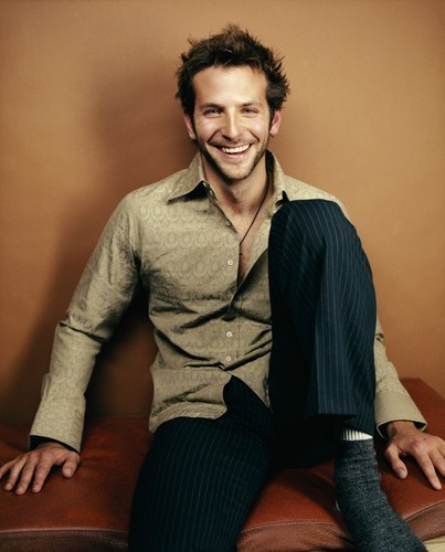 Bradley Cooper वॉलपेपर containing a well dressed person, a business suit, and a suit titled Bradley Cooper <3