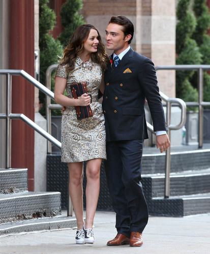 Blair & Chuck karatasi la kupamba ukuta containing a business suit, a dress suit, and a bridesmaid called Chuck & Blair
