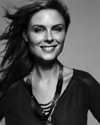 Emily Deschanel wallpaper possibly containing a portrait entitled Emily Deschanel
