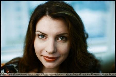 Stephenie Meyer Hintergrund containing a portrait called New Stephenie photoshoot!