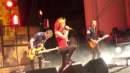 Brand New Eyes wallpaper with a concert and a guitarist entitled Paramore! (On Tour)