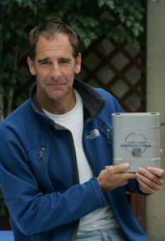 Scott Bakula holding the ubunifu for the nyota Trek:Enterprise DVD