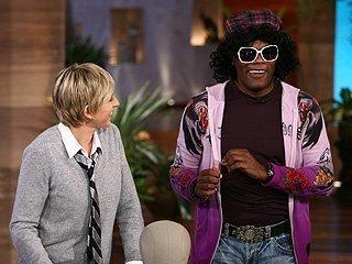 The Ellen Degeneres onyesha karatasi la kupamba ukuta containing sunglasses titled TEDS