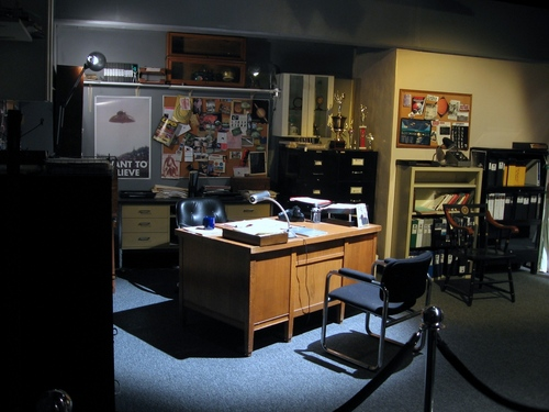 The X-Files achtergrond with a bureau titled The Basement