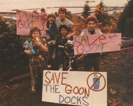 The Goonies দেওয়ালপত্র probably with a packing box and a sign entitled Goonies