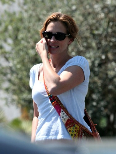 Julia Roberts on the phone
