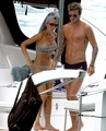 Victoria y David Beckham-anniversary holiday - wags photo
