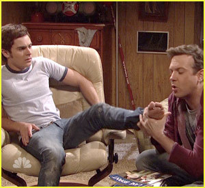 Zac Efron Hintergrund called Jason Sudeikis Eats Zac Efron's Foot!!!