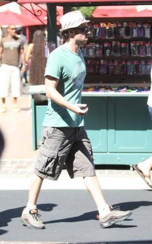 Zach shopping in Hollywood, 23rd July 2009
