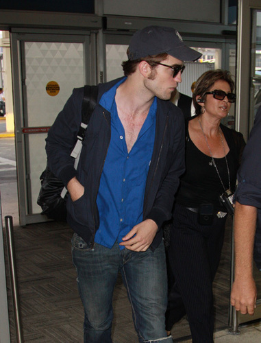 robert pattinson - Leaving NY yesterday for Comic-Con