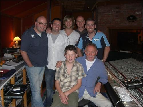 Keith Harkin achtergrond probably containing a pianist called <3