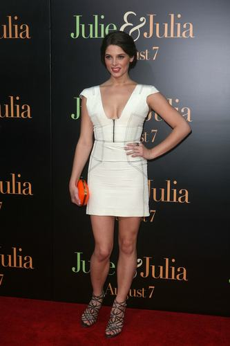 Ashley Greene wallpaper titled Ashley @ Julie & Julia movie premiere