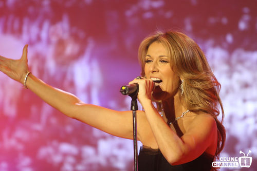 Celine Dion achtergrond possibly with a concert entitled Celine <3
