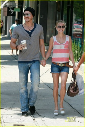 one pohon bukit, hill wallpaper containing a jalan, street titled Chad Michael Murray & Kenzie Dalton: Shady Pair