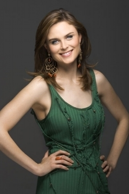 Emily Deschanel Обои possibly with a коктейль dress, a chemise, and a камзол titled Emily Deschanel Photoshoots