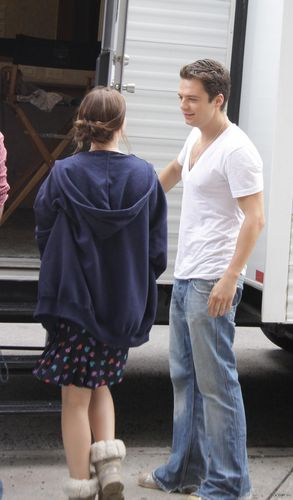 L&S being cute on the set of GG (07/27)