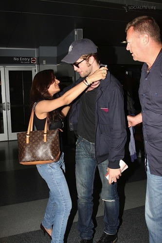 Rob and a Фан HUGGED him! OMG! I am pretty jelous