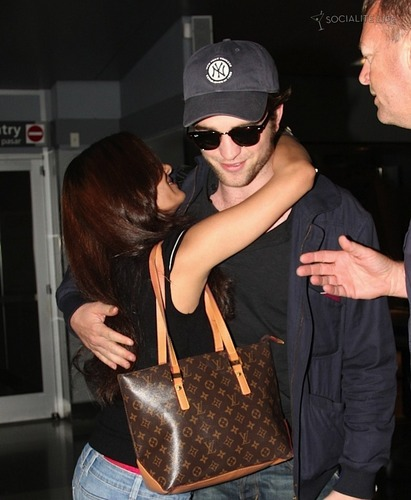 Rob and a người hâm mộ HUGGED him! OMG! I am pretty jelous