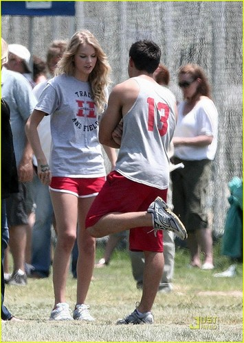 Taylor Lautner& Taylor Swift on the set