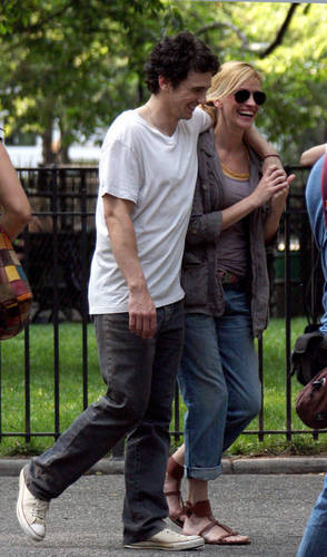 James Franco and Julia Roberts on The Set of Eat Pray upendo 4/8